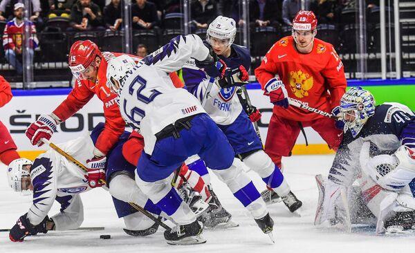 Игровой момент матча сборных России и Франции на чемпионате мира по хоккею