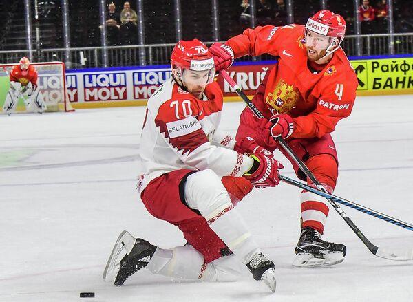Нападающий сборной Белоруссии Шарль Ленгле (слева) и защитник сборной России Владислав Гавриков