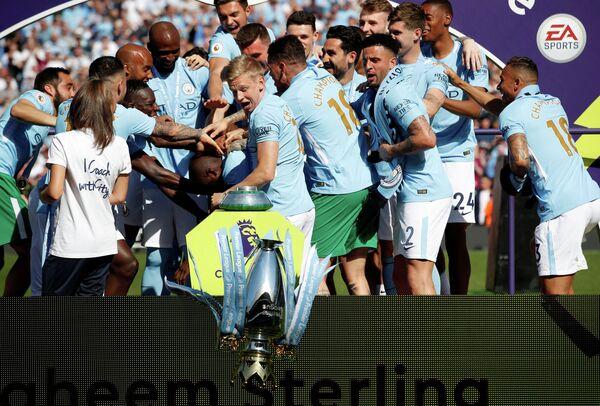 Футболисты английского Манчестер Сити празднуют победу в АПЛ (Александр Зинченко - в центре)