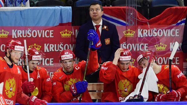 Исполняющий обязанности главного тренера сборной России Илья Воробьев (в центре)