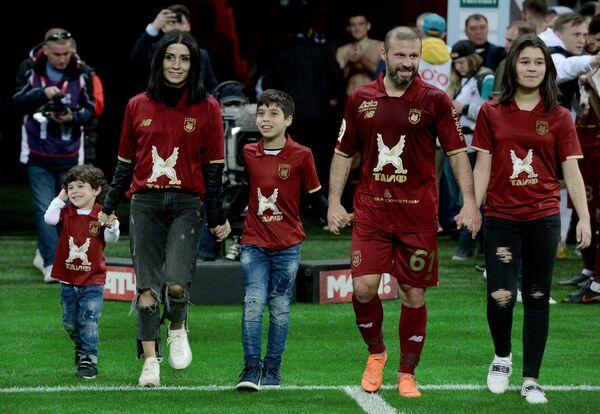 Полузащитник Рубина Гёкдениз Карадениз с детьми прощается с болельщиками после матча