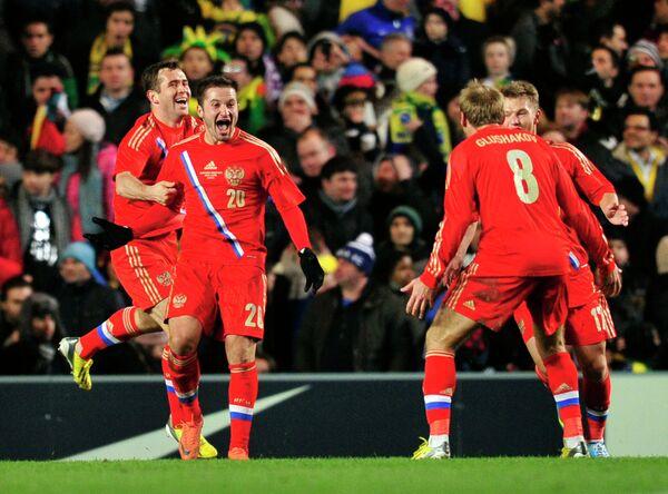 Виктор Файзулин (второй слева) радуется забитому голу в ворота сборной Бразилии в 2013 году