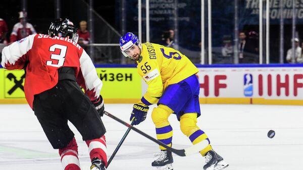 Нападающий сборной Австрии Петер Шнайдер (слева) и защитник сборной Швеции Эрик Густафссон