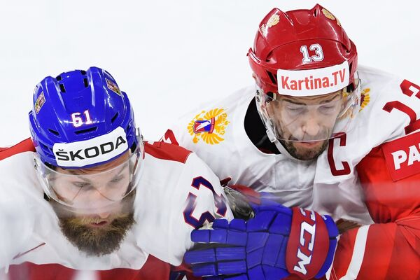 Защитник сборной Чехии Адам Полашек (слева) и форвард сборной России Павел Дацюк