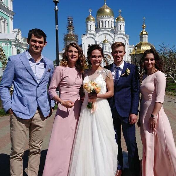 Анастасия Седова (третья слева) и Александр Кулешов (второй справа)