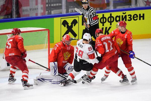 Игровой момент в матче группового этапа чемпионата мира по хоккею между сборными командами России и Швейцарии