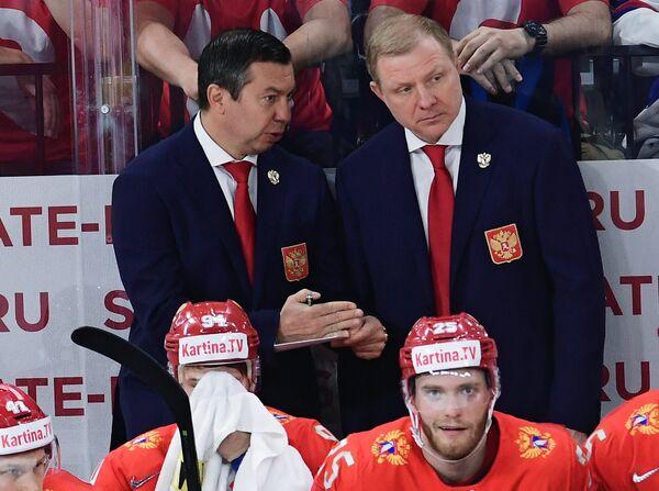 Илья Воробьев и Алексей Жамнов (слева направо на втором плане)