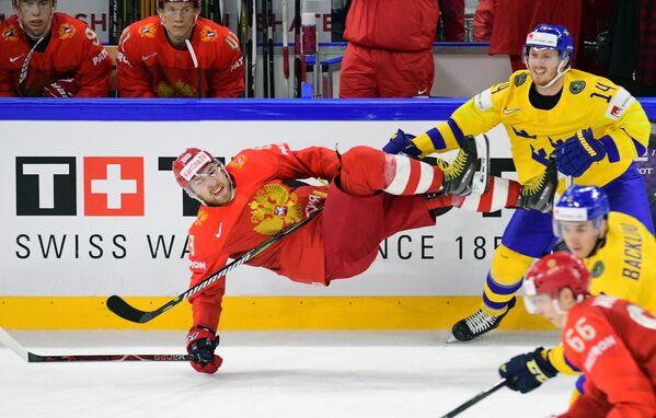 Защитник сборной России Никита Нестеров (слева)