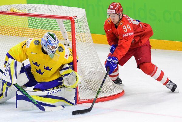 Вратарь сборной Швеции Андерс Нильссон и форвард команды России Александр Барабанов (слева направо)