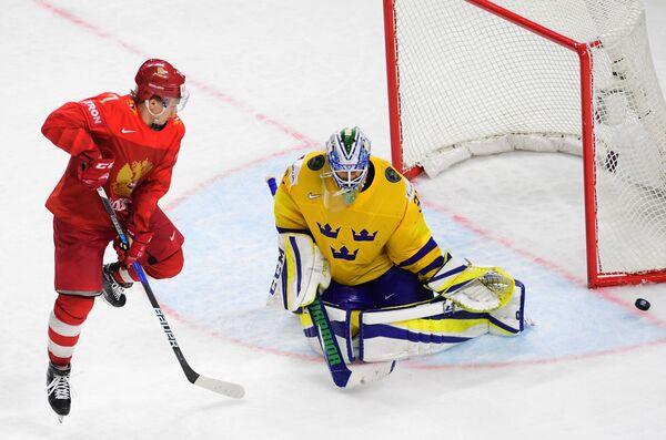 Нападающий сборной России Кирилл Капризов и вратарь команды Швеции Андерс Нильссон (слева направо)