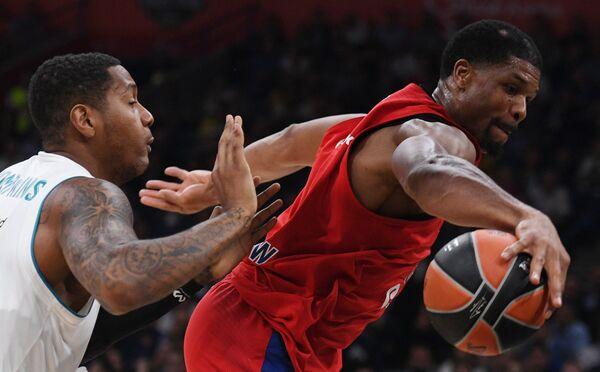 Баскетболисты ЦСКА Кайл Хайнс и Реала Трэй Томпкинс (слева)