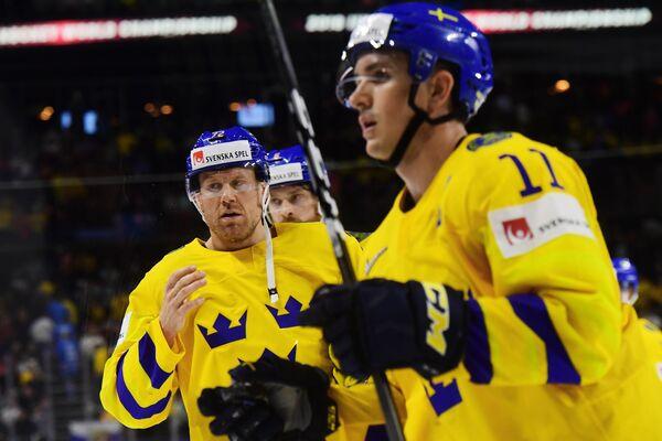 Нападающий сборной Швеции Патрик Хёрнквист (слева)