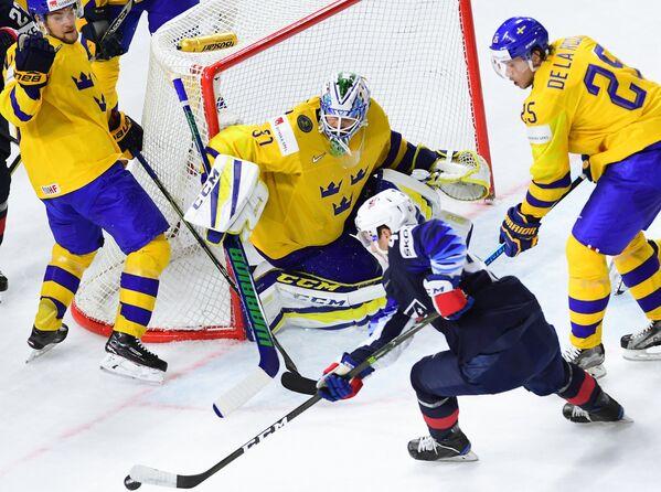 Нападающий сборной Швеции Виктор Арвидссон, вратарь сборной Швеции Андерс Нильссон, защитник сборной США Нил Пионк и нападающий сборной Швеции Якоб де ла Роуз (слева направо)