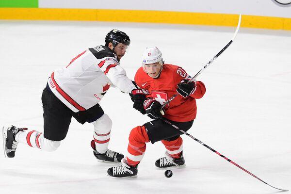 Нападающий сборной Швейцарии Кевин Фиала (справа) и защтник сборной Канады Джоэл Эдмундсон