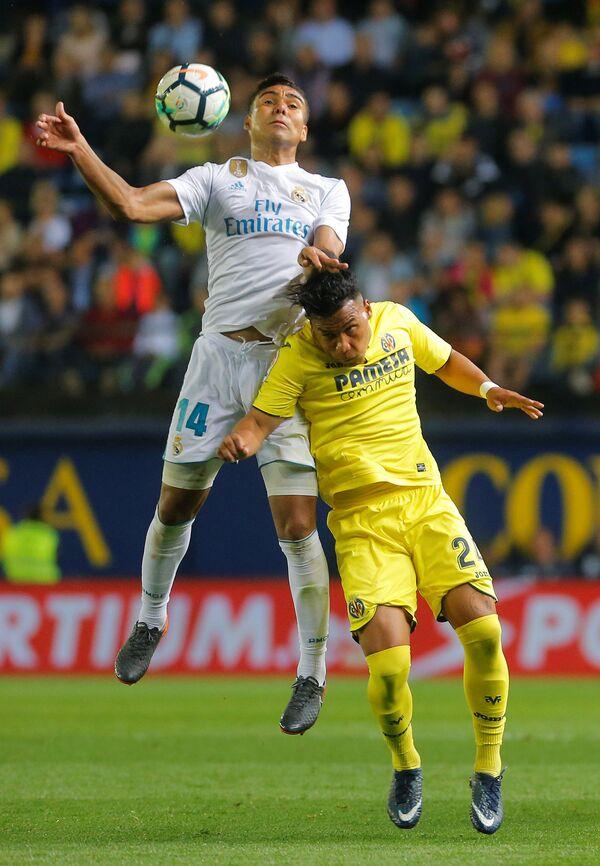 Полузащитник Реала Каземиро и нападающий Вильяреала Рохер Мартинес (справа)