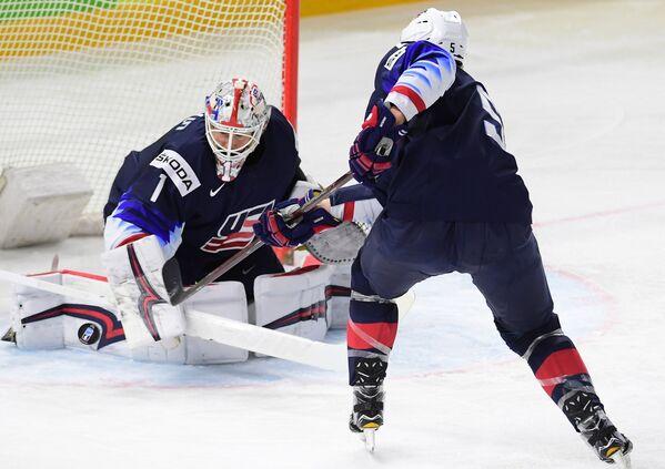Хоккеисты сборной США Кейт Кинкейд и Коннор Мёрфи (слева направо)