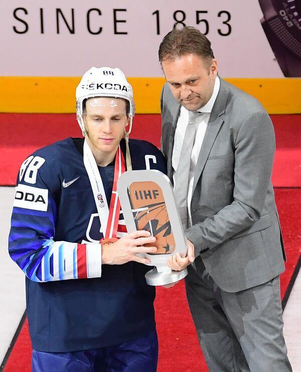 Нападающий сборной США Патрик Кейн (слева)