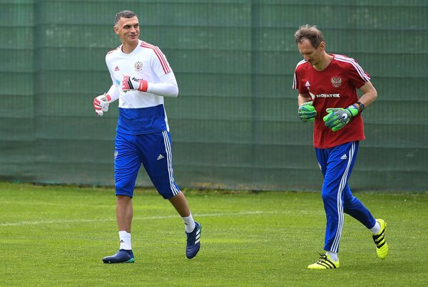 Вратарь сборной России Владимир Габулов (слева) и тренер вратарей Гинтарас Стауче