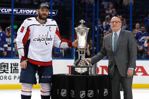 Нападающий Вашингтон Кэпиталз Александр Овечкин (слева) и заместитель комиссионера НХЛ Билл Дэйли