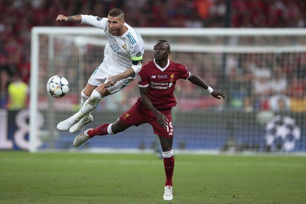 Защитник Реала Серхио Рамос (слева) и полузащитник Ливерпуля Садио Мане