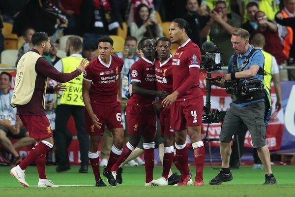 Футболисты Ливерпуля радуются забитому голу