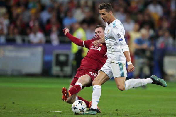 Защитник Ливерпуля Эндрю Робертсон (слева) и нападающий Реала Криштиану Роналду
