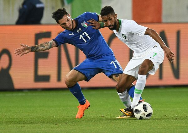 Вингер сборной Италии Маттео Политано и полузащитник сборной Саудовской Аравии Сальман Аль-Фаридж (справа)