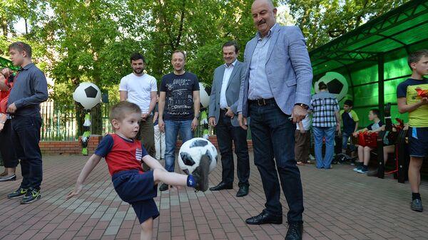 Воспитанники детских домов получили подарки от сборной России по футболу