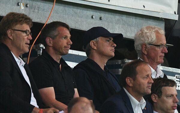 Жозе Моуринью (третий слева) во время матча Австрия - Россия