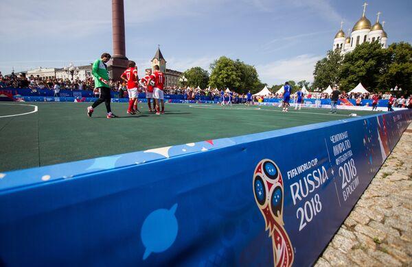 Участники матча между сборной легенд ФИФА и командой бывших игроков сборной России