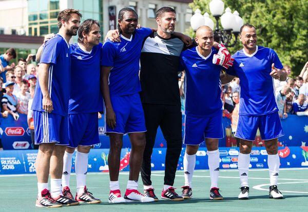 Игроки сборной легенд футбола ФИФА Нико Кранчар, Нуну Гомеш, Нванкво Кану, Паскаль Цубербюллер, Уэс Браун и Кафу (слева направо)