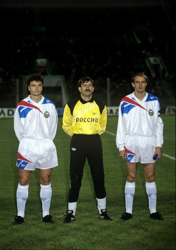 Игроки сборной России по футболу (слева направо) Юрий Никифоров, Станислав Черчесов и Виктор Онопко