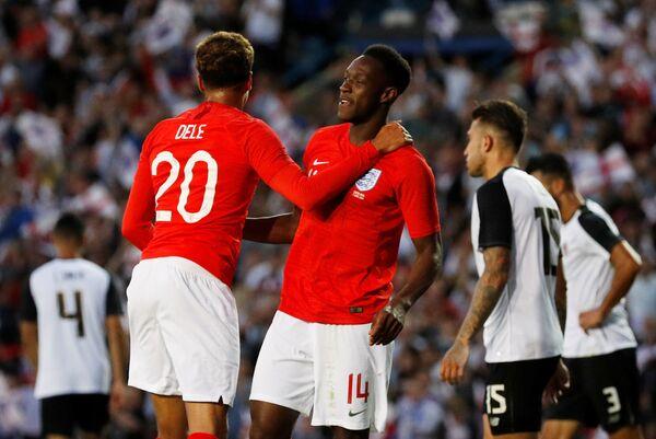Ползущаитник сборной Англии по футболу Деле Алли и нападающий Дэнни Уэлбек (слева направо)