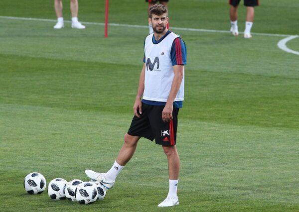 Защитник сборной Испании Жерар Пике на тренировке в Краснодаре