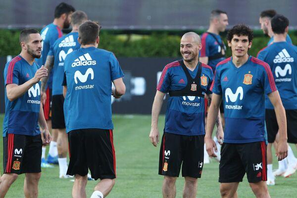 Футболисты сборной Испании Коке (слева), Давид Сильва (в центре) на тренировке в Краснодаре