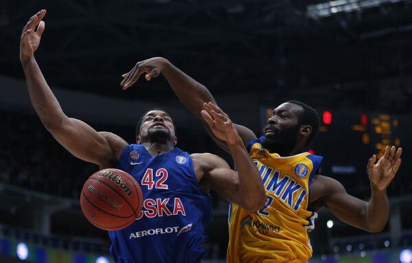 Игрок ЦСКА Кайл Хайнс (слева) и игрок Химок Чарльз Дженкинс