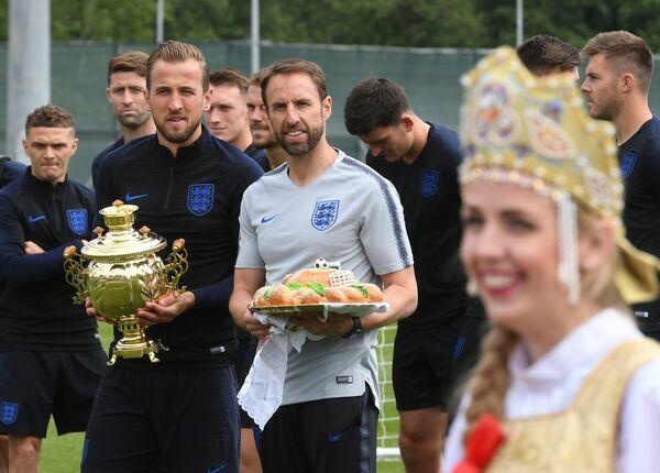 Форвард сборной Англии Харри Кейн (слева) и главный тренер сборной Англии Гарет Саутгейт