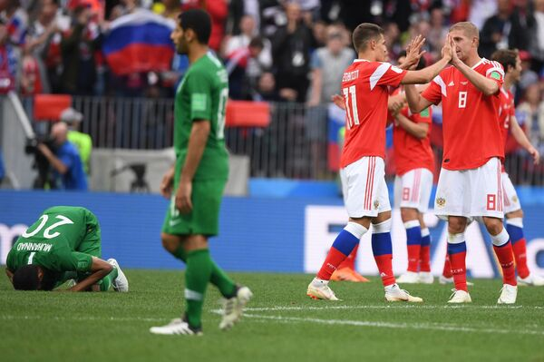 Футболисты сборной России радуются победе