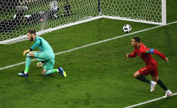 Криштиану Роналду забивает гол в ворота сборной Испании