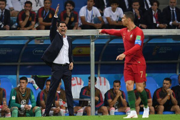 Главный тренер сборной Испании Фернандо Йерро и форвард сборной Португалии Криштиану Роналду (слева направо)