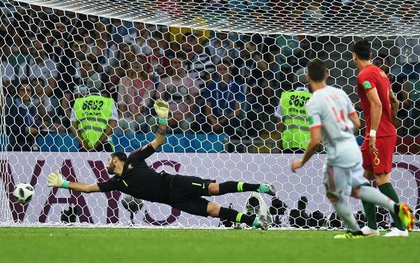 Вратарь сборной Португалии Руй Патрисиу пропускает гол