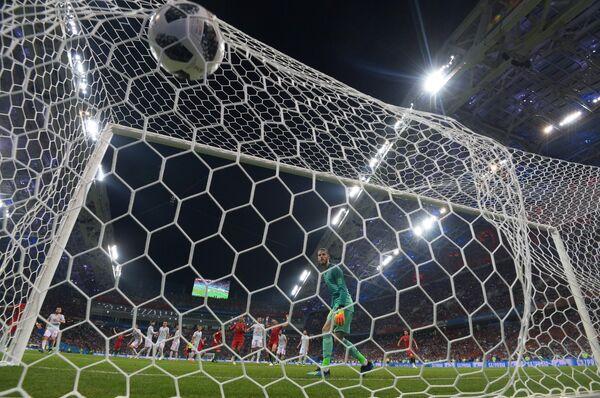 Вратарь Давид де Хеа (Испания) пропускает гол