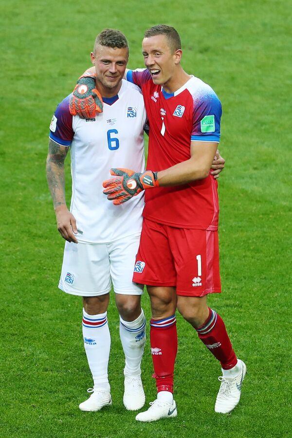 Защитник сборной Исландии Рагнар Сигурдссон и вратарь Ханнес Тор Хальдорссон  (слева направо)