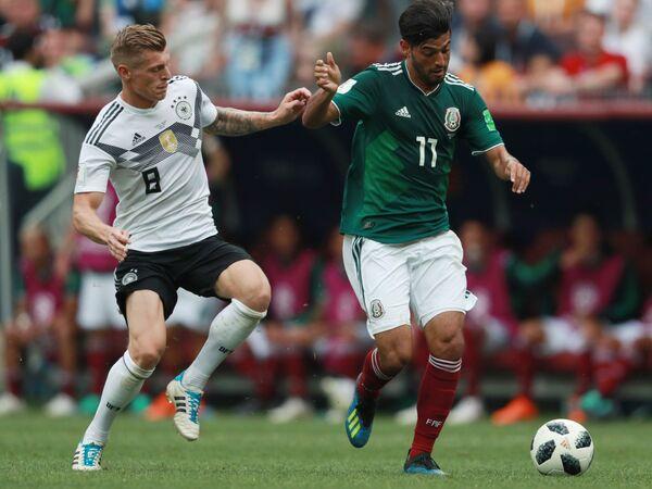Полузащитник сборной Германии Тони Кроос и полузащитник мексиканской сборной Карлос Вела (Слева направо)