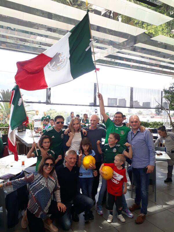 Российские и мексиканские болельщики в Мехико празднуют победу над сборной Германии