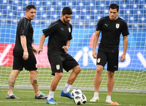 Игрок сборной Уругвая Луис Суарес (в центре)