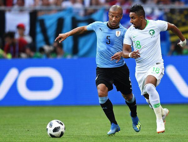 Полузащитник сборной Уругвая Карлос Санчес и хавбек сборной Саудовской Аравии Салем Аль-Досари (слева направо)