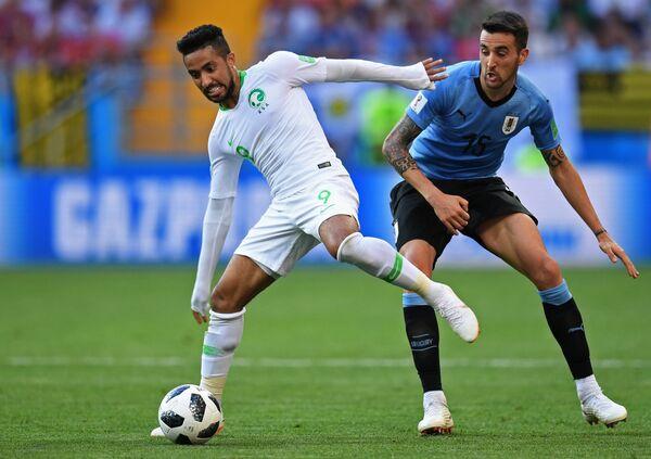 Хавбек сборной Саудовской Аравии Хаттан Бахебри и полузащитник сборной Уругвая Матиас Весино (слева направо)