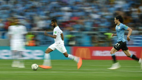 Хавбек сборной Саудовской Аравии Салман Аль-Фарадж и форвард сборной Уругвая Эдинсон Кавани (слева направо)