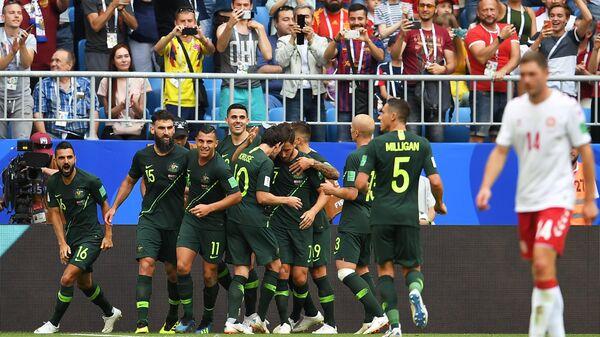 Футболисты сборной Австралии радуются забитому голу